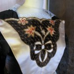 costume dernière mode (détail du devantier)